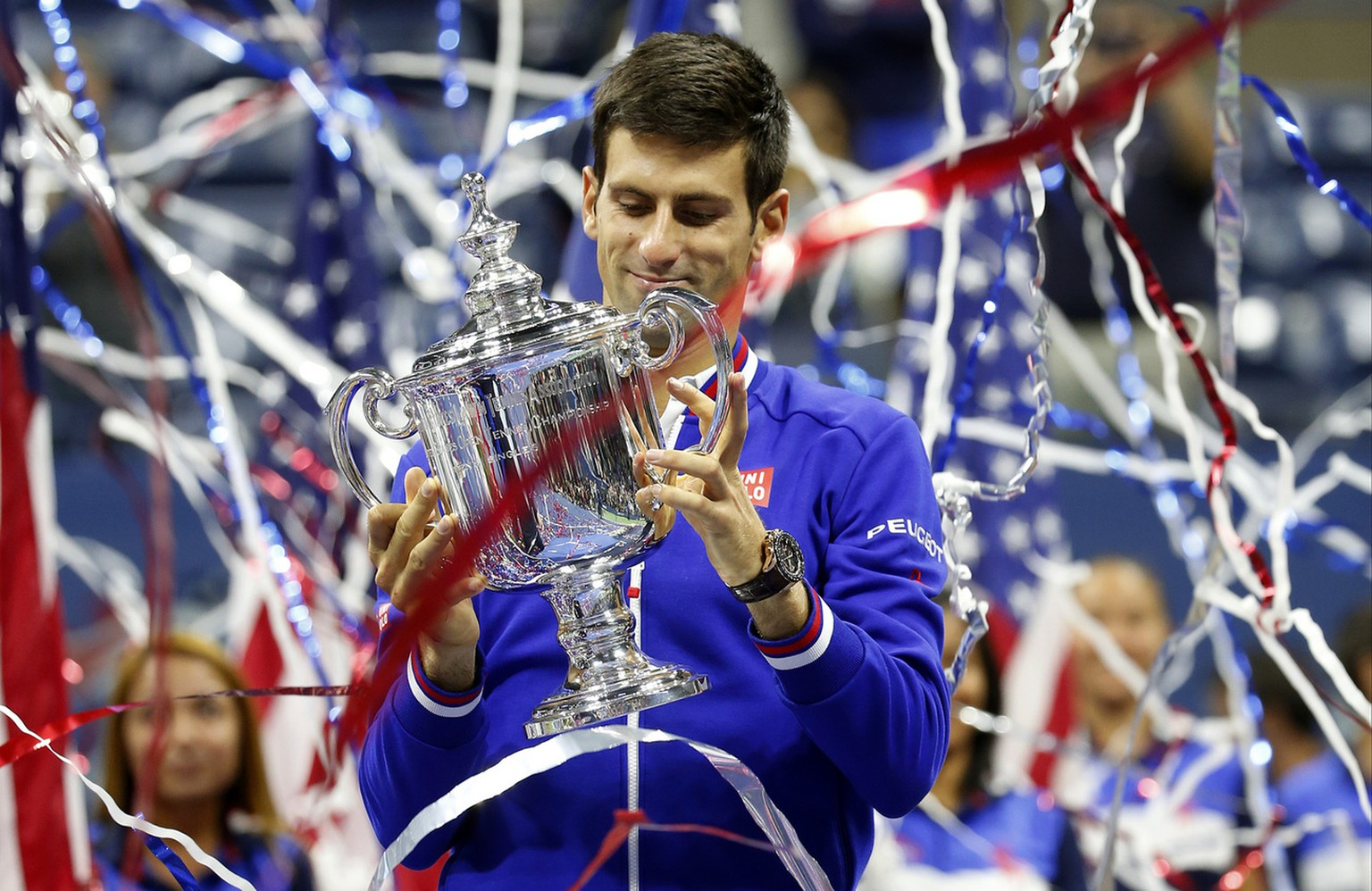 Novak Djokovic, of Serbia, holds up the championship trophy after defeating Roger Federer, of Switzerland, during the men's championship match of the U.S. Open tennis tournament, Sunday, Sept. 13, 2015, in New York. (AP Photo/Julio Cortez)