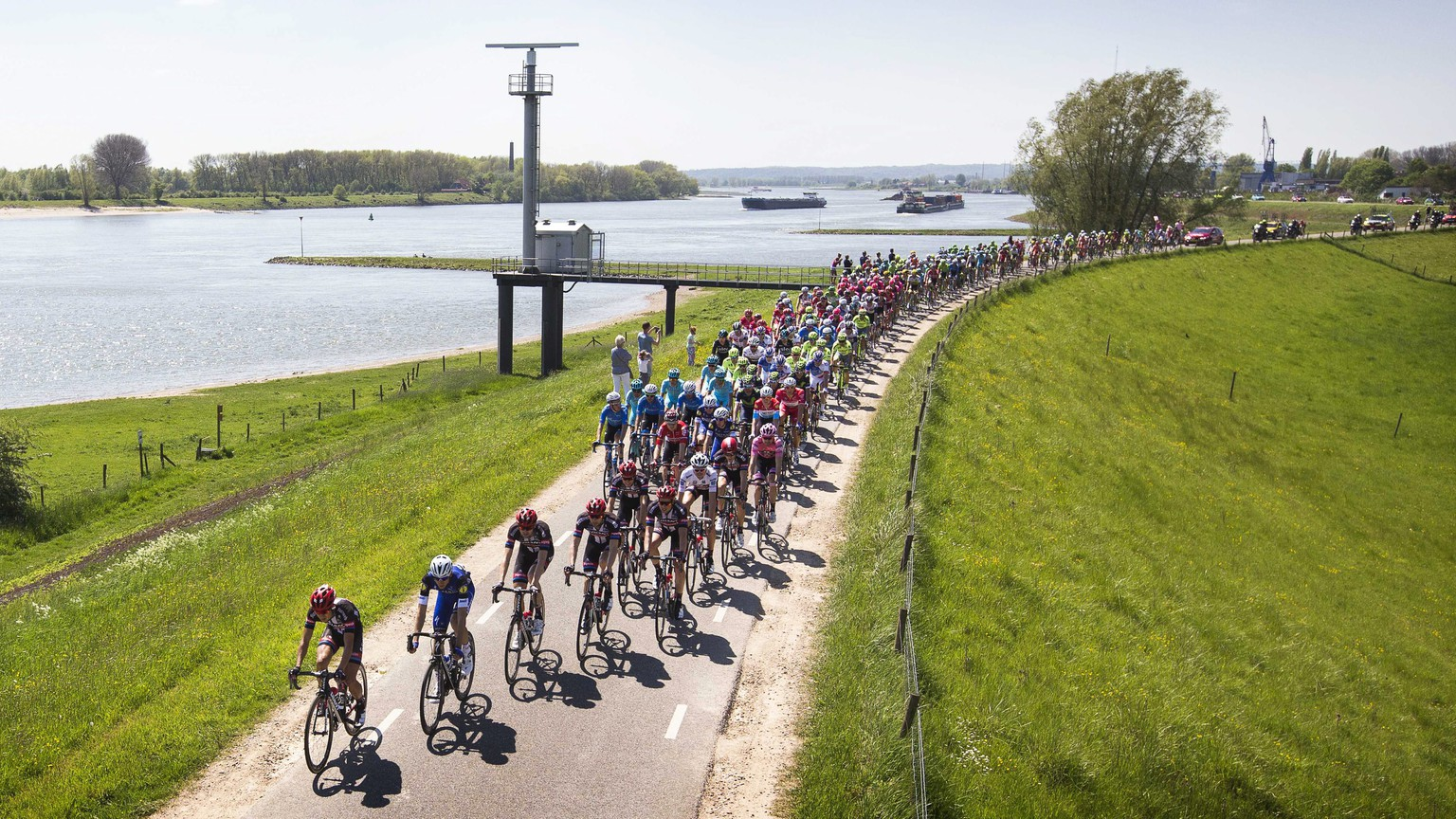 epa05294650 The peloton crosses the Waaldijk on the Waal river during the third stage of the Giro d'Italia cycling race over 190km between Nijmegen and Arnhem, near Doornenburg, Netherlands, 08 May 2016.  EPA/VINCENT JANNINK