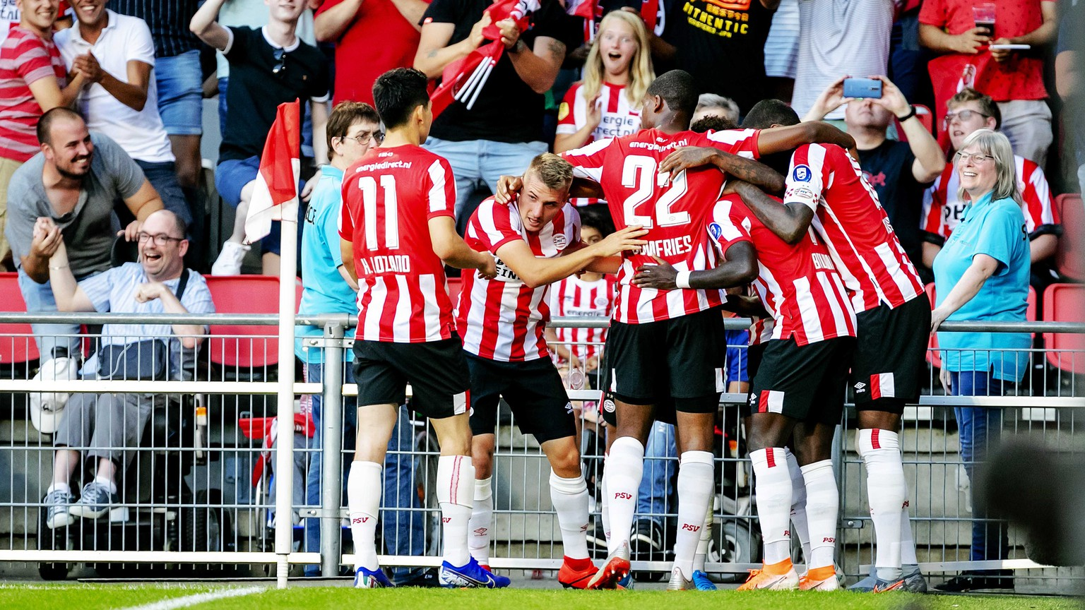 epa07735923 PSV Eindhoven player Steven Bergwijn reacts after scoring the 1-0 against FC Basel during the second qualifying round for the Champions League match in Eindhoven, the Netherlands, 23 July 2019.  EPA/ROBIN VAN LONKHUIJSEN