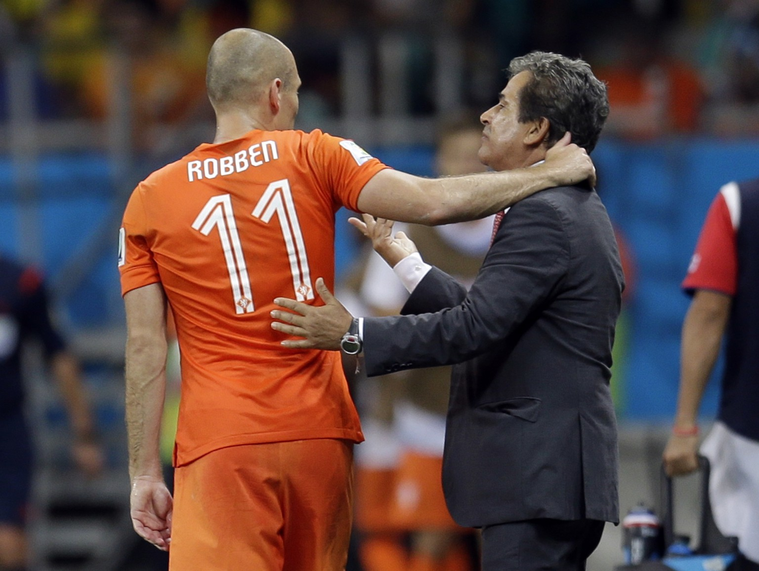 Netherlands' Arjen Robben has a word with Costa Rica's head coach Jorge Luis Pinto during extra time in the World Cup quarterfinal soccer match between the Netherlands and Costa Rica at the Arena Fonte Nova in Salvador, Brazil, Saturday, July 5, 2014. (AP Photo/Natacha Pisarenko)