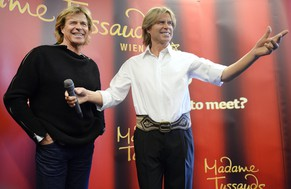 epa04036580 Austrian Hansi Hinterseer (L) attends the presentation of his wax figure in Vienna, Austria, 22 January 2014. The wax figure will be on display at Madame Tussauds Museum in Vienna.  EPA/HANS KLAUS TECHT