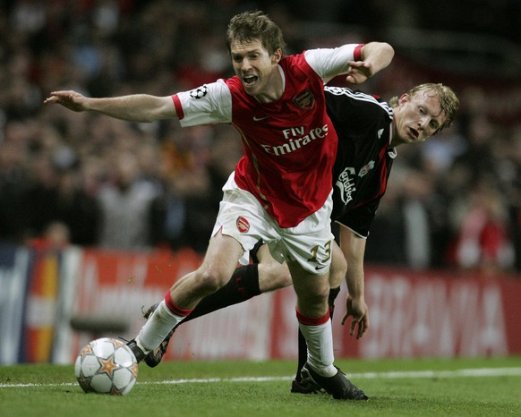 Arsenal's Alexander Hleb, front, gets the ball away from Liverpool's Dirk Kuyt, back, during their Champions League quarterfinal first leg soccer match at Arsenal's Emirates Stadium in London, Wednesday, April 2, 2008. (AP Photo/Paul Thomas) WO SPIELT HEUTE?