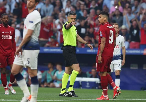 epa07618558 Slovenian referee Damir Skomina awards Liverpool with a penalty during the UEFA Champions League final between Tottenham Hotspur and Liverpool FC at the Wanda Metropolitano stadium in Madrid, Spain, 01 June 2019.  EPA/TOLGA BOZOGLU