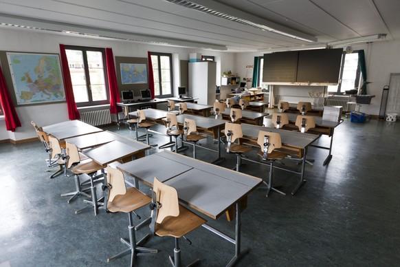 ARCHIV --- ZUR MELDUNG, DASS NIDWALDEN DAS FRUEHFRANZOESISCH ABSCHAFFEN WILL, STELLEN WIR IHNEN FOLGENDES BILD ZUR VERFUEGUNG ---Schuelerpulte und Stuehle in einem Klassenzimmer der Primarschule, aufgenommen waehrend der Sommerferien am 16. August 2010 im Schulhaus Dorf in Kriens im Kanton Luzern. (KEYSTONE/Gaetan Bally)  *** NO SALES, NO ARCHIVES ***