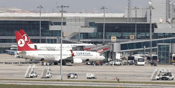 ARCHIV --- ZUR MELDUNG, DASS MEHRERE MENSCHEN AM ATATUERK FLUGHAFEN IN ISTANBUL BEI MINDESTENS ZWEI EXPLOSIONEN VERLETZT WURDEN, STELLEN WIR IHNEN AM DIENSTAG 28. JUNI 2016 FOLGENDES ARCHIVBILD ZUR VERFUEGUNG. - epa03701348 Turkish Airlines planes at the Ataturk Airport during the Turkish Airlines workers' strike in Istanbul, Turkey 15 May 2013.  EPA/TOLGA BOZOGLU