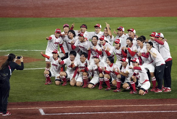 epa09370791 Japanese players celebrate after winning the Softball Gold Medal Game between Japan and the USA at the Tokyo 2020 Olympic Games in Yokohama, near Tokyo, Japan, 27 July 2021.  EPA/FRANCK ROBICHON