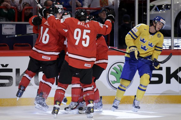 Switzerland's players celebrate a goal after scored the 1:0, during the the Gold Medal game between Switzerland and Sweden at the IIHF 2013 Ice Hockey World Championships at the Globe Arena in Stockholm, Sweden, on Sunday, 19 May 2013. (KEYSTONE/Salvatore Di Nolfi)