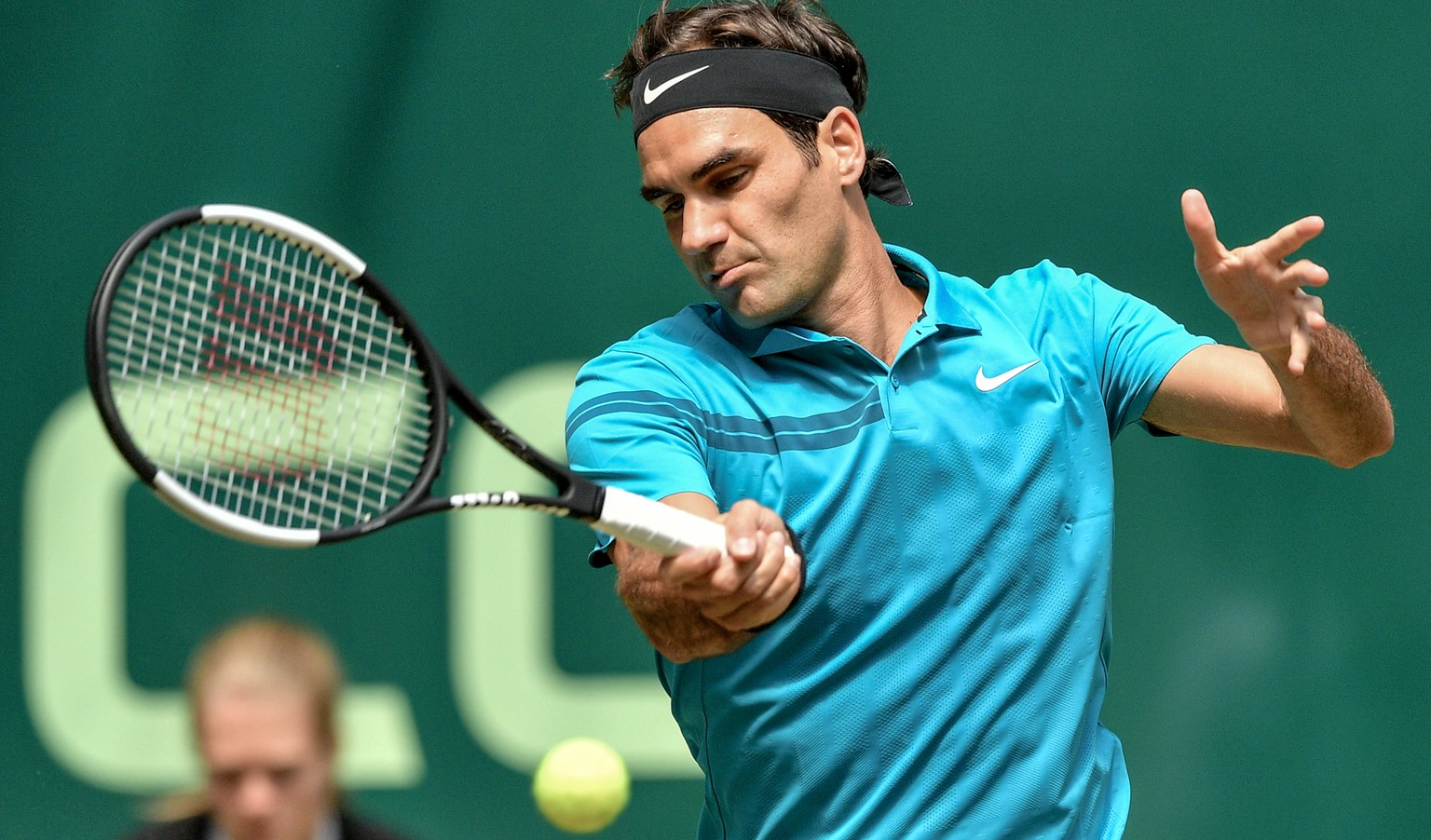 epa06830617 Roger Federer of Switzerland in action during his quarter final match against Matthew Ebden from Australia at the ATP Tennis Tournament Gerry Weber Open in Halle, Germany, 22 June 2018.  EPA/SASCHA STEINBACH