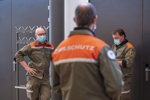 Mittarbeiter des Zivilschutz anlaesslich einer Medienfuehrung durch das neue Medical Centre Luzern in der Turnhalle und auf dem Areal des Schweizer Paraplegiker Zentrum in Nottwil am Montag, 6. April 2020. (KEYSTONE/Urs Flueeler).