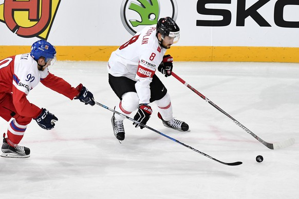 Switzerland's Vincent Praplan, right, in action against Czech Republic's Jan Rutta during their Ice Hockey World Championship group B preliminary round match between Switzerland and Czech Republic in Paris, France on Tuesday, May 16, 2017. (KEYSTONE/Peter Schneider)