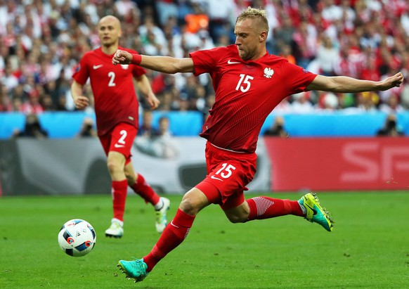 epa05370605 Kamil Glik (R) of Poland in action during the UEFA EURO 2016 group C preliminary round match between Germany and Poland at Stade de France in Saint-Denis, France, 16 June 2016.(RESTRICTIONS APPLY: For editorial news reporting purposes only. Not used for commercial or marketing purposes without prior written approval of UEFA. Images must appear as still images and must not emulate match action video footage. Photographs published in online publications (whether via the Internet or otherwise) shall have an interval of at least 20 seconds between the posting.)  EPA/ABEDIN TAHERKENAREH   EDITORIAL USE ONLY