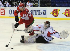 epa02718892 Yevgeni Kovyrshin (L) of Belarus tries to score against Austria's goalie Jurgen Penker (R) during the Ice Hockey World Championship relegation match between Belarus and Austria at Steel Arena in Kosice, Slovakia, 05 May 2011.  EPA/FILIP SINGER