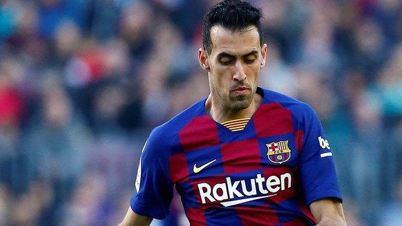 epa08219898 FC Barcelona's midfielder Sergio Busquets (L) vies for the ball against Getafe's winger Kenedy (R) during the Spanish LaLiga soccer match between FC Barcelona and Getafe SAD at Camp Nou stadium in Barcelona, Catalonia, Spain, 15 February 2020.  EPA/ENRIC FONTCUBERTA