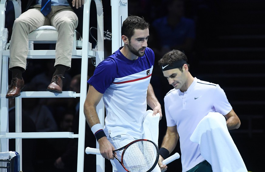 epa06333202 Croatia's Marin Cilic (L) and Switzerland's Roger Federer (R) during their round robin match at the ATP World tennis finals in London, Britain, 16 November 2017.  EPA/ANDY RAIN