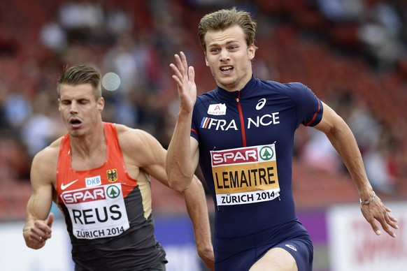epa04350635 Christophe Lemaitre (R) from France and Julian Reus (L) from Germany compete in the men's 100m heat during the European Athletics Championships 2014 in the Letzigrund Stadium in Zurich, Switzerland, 12 August 2014.  EPA/JEAN-CHRISTOPHE BOTT