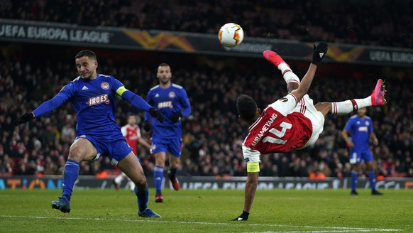 epa08254122 Arsenal's Pierre-Emerick Aubameyang scores during the UEFA Europa League Round of 32 second leg soccer match between Arsenal and Olympiacos Piraeus at Emirates Stadium, London, Britain, 27 February 2020.  EPA/WILL OLIVER