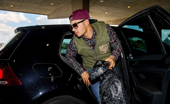 epa04789610 Dutch national soccer team player Memphis Depay arrives at Hotel Huis ter Duin in Noordwijk, Netherlands, 08 June 2015. The Dutch team gathers in the seaside resort in preparation for the UEFA EURO 2016 qualifying soccer match against Latvia on 12 June 2015.  EPA/KOEN VAN WEEL