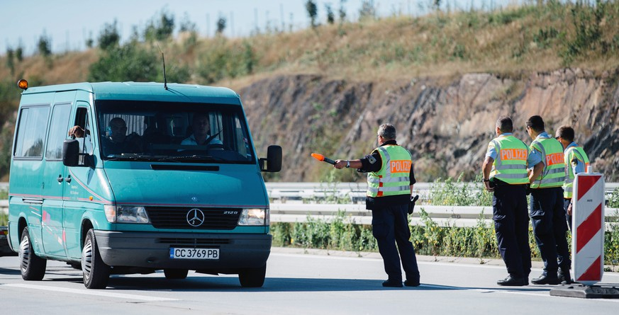 epa04934884 Members of the German Federal Police check vehicles for refugees at the motorway A17 in Bad Gottleuba, Germany, 17 September 2015. The German state of Saxony has stepped up its controls in areas surrounding its border crossings starting on 16 September.  EPA/OLIVER KILLIG