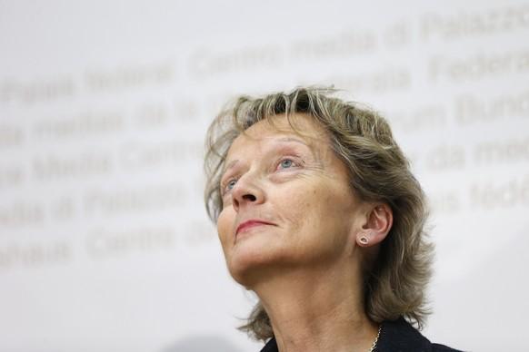 Bundesraetin Eveline Widmer-Schlumpf spricht waehrend einer Medienkonferenz am Mittwoch, 21. Oktober 2015 in Bern. Der Bundesrat will die Anforderungen fuer systemrelevante Banken verschaerfen. Damit soll verhindert werden, dass der Staat bei einer Finanzkrise einspringen muss. Die ungewichtete Eigenkapitalquote (Leverage Ratio) fuer Grossbanken wird von 3,1 auf 5 Prozent erhoeht. (KEYSTONE/Peter Klaunzer)