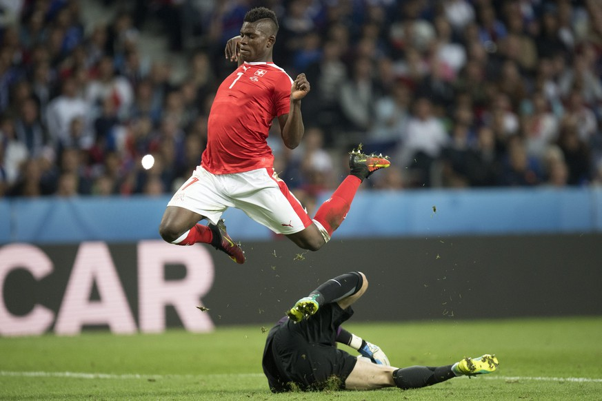 epa05378263 Breel Embolo(up) of Switzerland reaches for the ball during the UEFA EURO 2016 group A preliminary round match between Switzerland and France at Stade Pierre Mauroy in Lille, France, 19 June 2016.