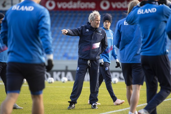 epa07092604 Iceland's head coach Erik Hamren (C) attends a training session at the Laugardalsvoellur stadium in Reykjavik, Iceland, 14 October 2018. Iceland will face Switzerland in their UEFA Nations League soccer match on 15 October 2018.  EPA/ENNIO LEANZA