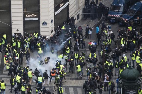 Ein Tränengaseinsatz der Polizei nahe der Champs-Elysées.