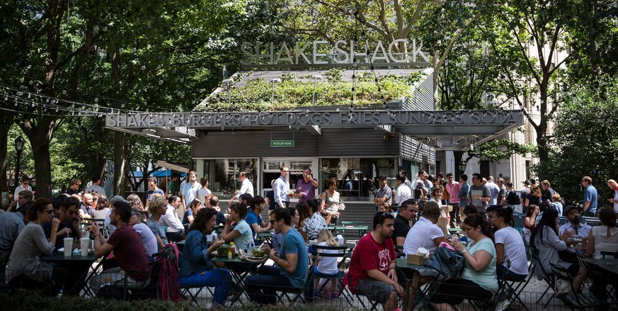 NEW YORK, NY - AUGUST 18: People sit outside Shake Shack on August 18, 2014 in Madison Square Park in New York City. Shake Shack is allegedly considering going public and holding an initial price offering (IPO).   Andrew Burton/Getty Images/AFP == FOR NEWSPAPERS, INTERNET, TELCOS & TELEVISION USE ONLY ==