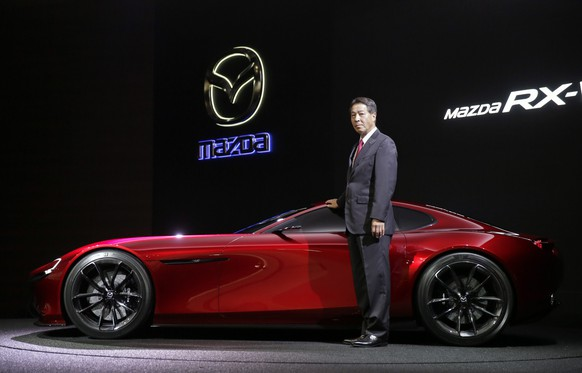 epa04999302 Masamichi Kogai, President and Chief Executive Officer of Mazda Motor Corp., unveils its rotary-engine sports concept car the Mazda RX-VISION, at the 44th Tokyo Motor Show 2015 in Tokyo, Japan, 28 October 2015. The Tokyo Motor Show will be open to the public from 30 October to 08 November 2015.  EPA/KIMIMASA MAYAMA