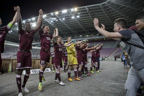 Servette's players celebrate with their fans after beating Wohlen, during the Challenge League soccer match of Swiss Championship between Servette FC and FC Wolhen, at the Stade de Geneve stadium, in Geneva, Switzerland, Monday, April 13, 2015. (KEYSTONE/Salvatore Di Nolfi)