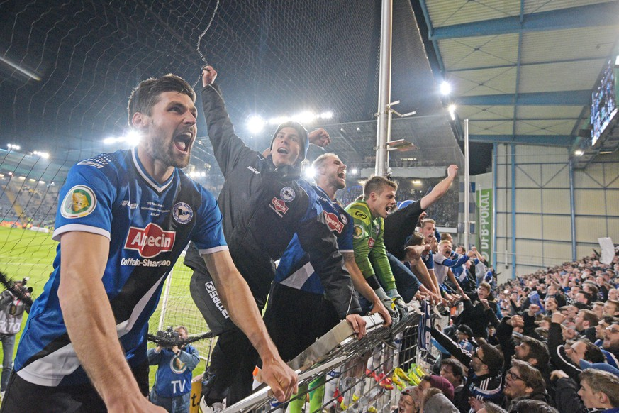 BIELEFELD, GERMANY - APRIL 08:  Florian Dick (L) and his Bielefeld team mates celebrate after winning the DFB Cup match between Arminia Bielefeld and Borussia Moenchengladbach at Schueco Arena on April 8, 2015 in Bielefeld, Germany.  (Photo by Thomas Starke/Bongarts/Getty Images)
