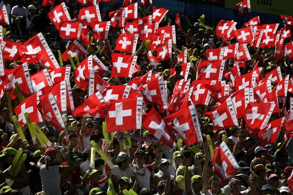 Swiss fans support their team during the pool round match between Brazils' Renata Ribeiro and Talita Antunes against Switzerland's Simone Kuhn and Lea Schwer at the FIVB Beachvolleyball World Championships in Gstaad, Switzerland on Thursday, July 26, 2007. (KEYSTONE/ Georgios Kefalas)
