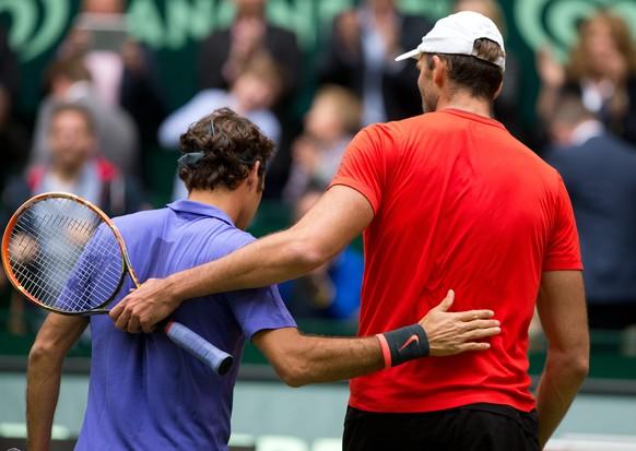 20.06.2015; Halle; Tennis - Gerry Weber Open  Halle 2015; Ivo Karlovic (CRO) gratuliert dem Sieger  Roger Federer (SUI)(Juergen Hasenkopf/freshfocus)