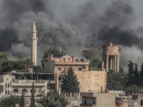 Über der nordsyrischen Stadt Ras al-Ain steig nach türkischen Luftangriffen Rauch auf.