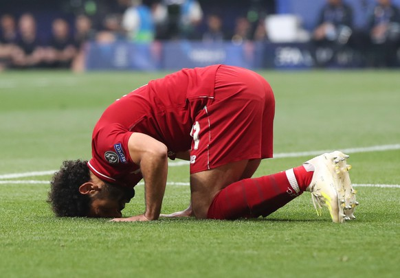 epa07618587 Liverpool's Mohamed Salah celebrates after scoring a penalty during the UEFA Champions League final between Tottenham Hotspur and Liverpool FC at the Wanda Metropolitano stadium in Madrid, Spain, 01 June 2019.  EPA/TOLGA BOZOGLU