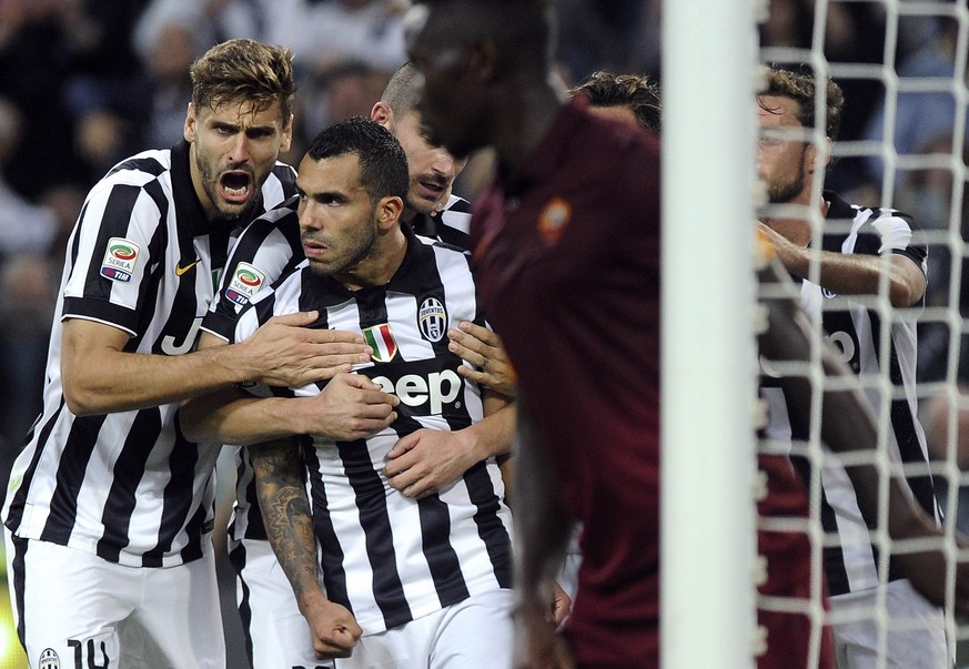 Juventus' Carols Tevez (C) celebrates with his team mates after scoring against AS Roma during their Italian Serie A soccer match at Juventus Stadium in Turin October 5, 2014. REUTERS/Giorgio Perottino (ITALY - Tags: SPORT SOCCER)