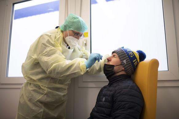 Der Arzt Walter Kistler macht einen Coronavirus-Schnelltest, im Testzentrum fuer das Coronavirus, am Montag, 25. Januar 2021, beim Spital in Davos. Heute nehmen im Kanton Graubuenden neun regionale Impf- und Testzentren den Betrieb auf. (KEYSTONE/Gian Ehrenzeller)