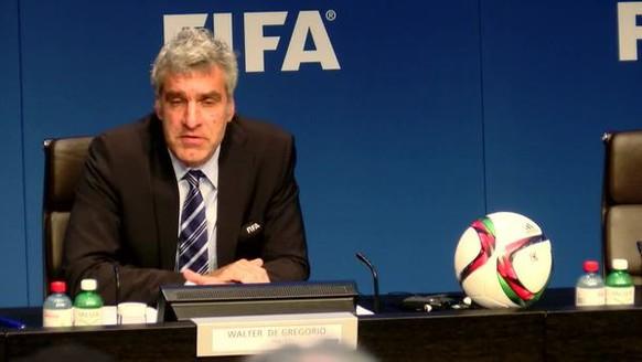 An der Medienkonferenz am Hauptsitz der Fifa äussert sich Medienchef Walter De Gregorio zur Gefühlslage von Fifa-Präsident Sepp Blatter anlässlich der Verhaftung von Fifa-Exekutivmitgliedern am 27. Mai 2015 in Zürich.