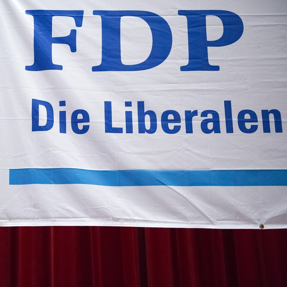 FDP Plakat vor der Nomination der Staenderatswahlen der FDP des Kantons Obwalden im Singsaal, in Kerns, am Donnerstag, 30. April 2015. (KEYSTONE/Anthony Anex)