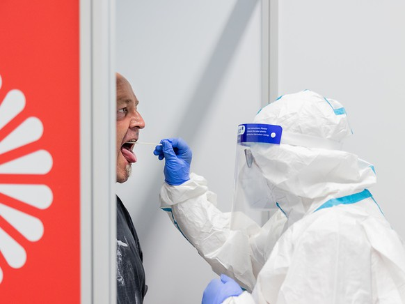 Ein Urlauber macht im neuen Covid-19 Testzentrum am Flughafen einen Coronatest. Foto: Rolf Vennenbernd/dpa