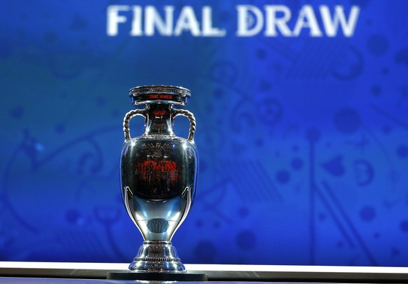 epa05066484 The UEFA European Championship Trophy is on display prior to the UEFA EURO 2016 final draw ceremony at the Palais des Congres in Paris, France, 12 December 2015. The UEFA EURO 2016 soccer championship will take place from 10 June to 10 July 2016 in France.  EPA/IAN LANGSDON