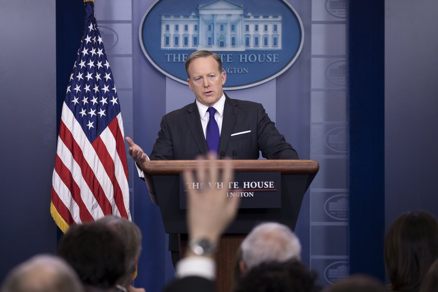 epa05879622 White House Press Secretary Sean Spicer responds to a question from the news media during the daily press briefing in the Brady Press Briefing Room at the White House in Washington, DC, USA, 30 March 2017.  EPA/SHAWN THEW