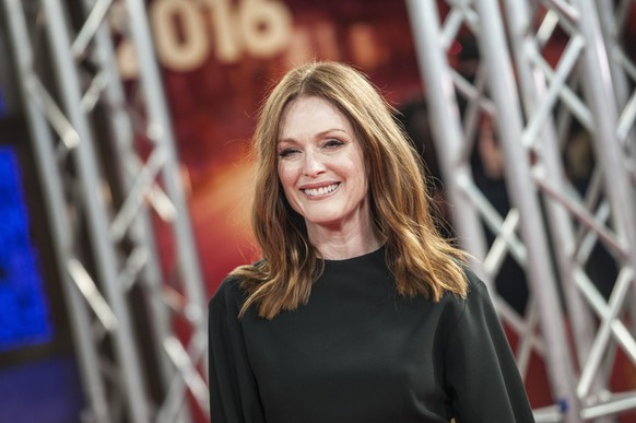 epa05162894 US actress Juliane Moore arrives for the premiere of 'Maggie's Plan' during the 66th annual Berlin International Film Festival, in Berlin, Germany, 15 February 2016. The film runs in the Panorama Special section of the 'Berlinale' that runs from 11 to 21 February.  EPA/PAUL ZINKEN *** Local Caption *** 50209987