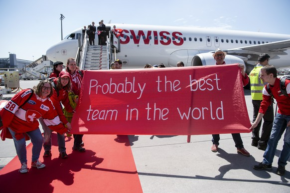 Switzerland's ice hockey team arrives and is welcomed by fans at Zurich airport in Kloten, Switzerland, Monday, May 21, 2018. Switzerland won the silver medal at the  IIHF World Championship in Denmark. (KEYSTONE/Melanie Duchene)