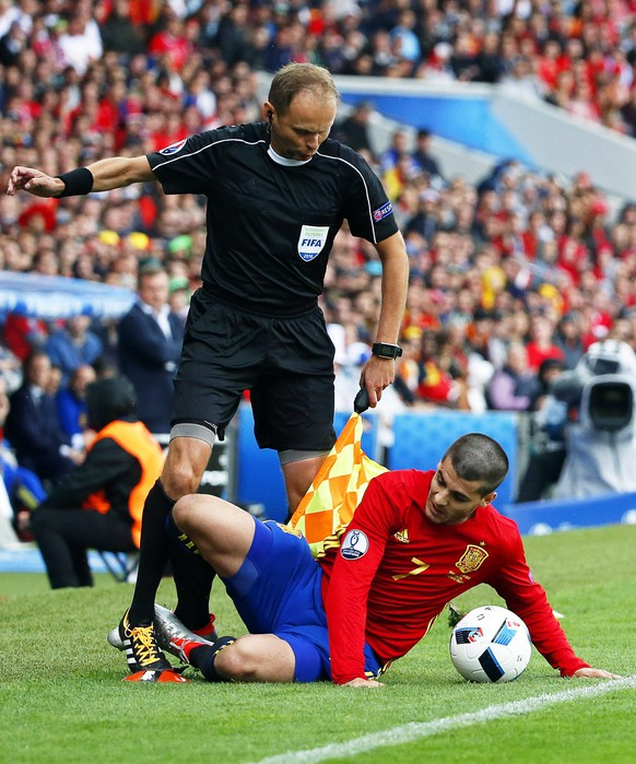 epa05361466 Alvaro Morata (R) of Spain collides with the assistant referee during the UEFA EURO 2016 group D preliminary round match between Spain and the Czech Republic at Stade Municipal de Toulouse in Toulouse, France, 13 June 2016.