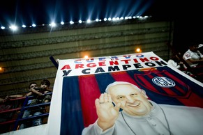 A banner with an image of Pope Francis and a message that reads in Spanish: