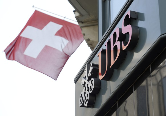 epa08146950 (FILE) - A file image dated 24 April 2014 of a Swiss flag and the logo of UBS bank in Zurich, Switzerland (reissued 21 January 2020). UBS is to release their 4th quarter 2019 results on 21 January 2020. UBS said their 2019 net profit stood at 4.3 billion USD  EPA/STEFFEN SCHMIDT *** Local Caption *** 52086575