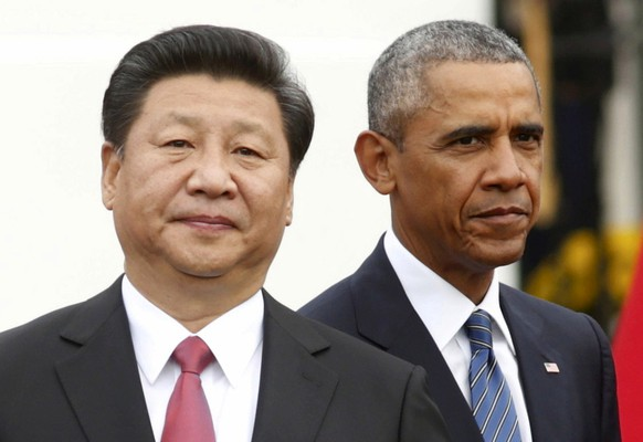 FILE PHOTO -  U.S. President Barack Obama (R) stands with Chinese President Xi Jinping during an arrival ceremony at the White House in Washington September 25, 2015.  REUTERS/Kevin Lamarque/File Photo