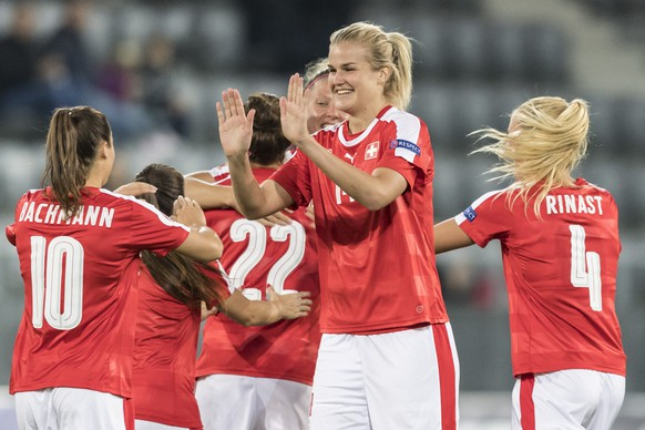 The Swiss players with Rahel Kiwic, center, celebrate their third goal during the UEFA Women's EURO 2017 qualifying group 6 soccer match between Switzerland and Northern Ireland at the Tissot Arena in Biel, Switzerland, Tuesday, September 20, 2016. (KEYSTONE/Alessandro della Valle)