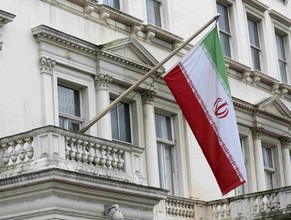 The Iranian national flag flies outside the Iranian embassy in central London, Britain August 20, 2015. Britain will reopen its embassy in Iran this weekend nearly four years after protesters ransacked the elegant ambassadorial residence and burned the British flag. The move to restore full diplomatic relations marks a thawing of ties with Iran since it reached a nuclear deal with the United States, China, Russia, Germany, France and Britain.  REUTERS/Paul Hackett