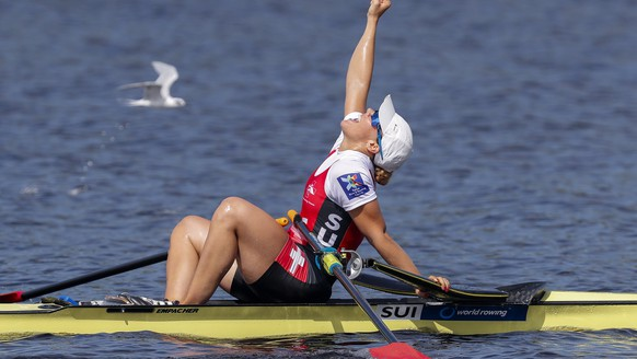 JAHRESRUECKBLICK 2017 - SPORT - epa06238639 Women's Single Sculls rower Jeannine Gmelin of Switzerland reacts after finishing in first place to win the gold medal in the Final A race during the last day of the 2017 World Rowing Championships at Nathan Benderson Park in Sarasota, Florida, USA, 01 October 2017.  KEYSTONE/EPA/ERIK S. LESSER